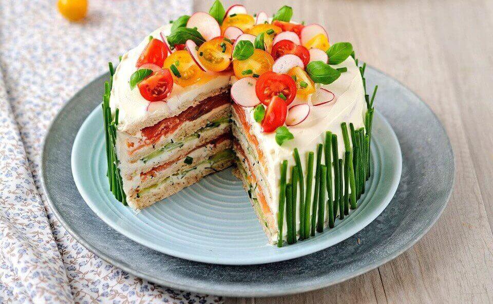 Торт с мясными закусками