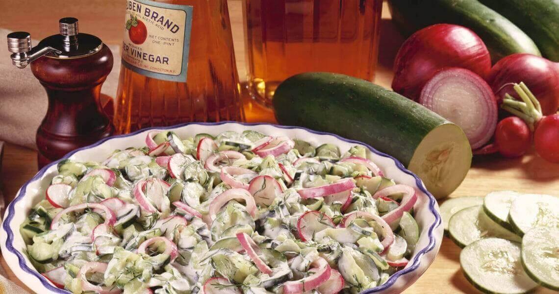 Салат из свежих огурцов с мозгами и яйцами