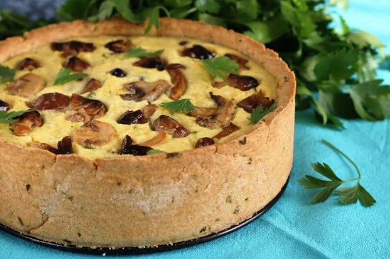 Бисквитный пирог со свежими грибами