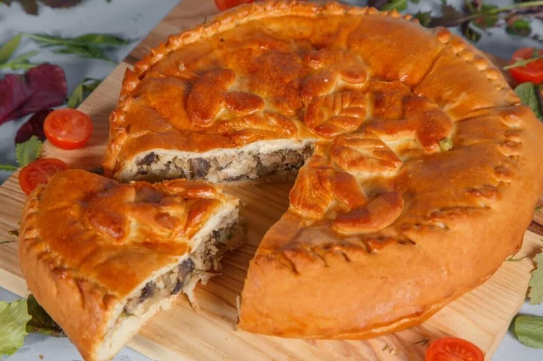 Пирог из дрожжевого сдобного теста с жареными цыплятами